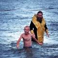 Крещение детей в озере в детском лагере «Лесная Поляна» Карасукского района (видео)