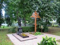 с. Довольное. Поклонный крест и место захоронения убиенных священнослужителей