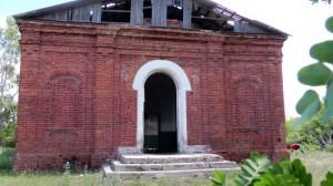 Поруганный и брошенный храм  Святой  Троицы